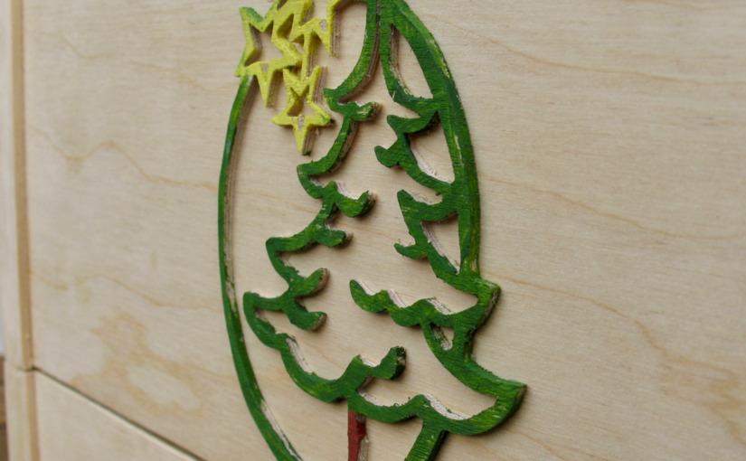 Skrzynka ze świątecznym emblematem